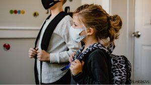 Kaukės mažamečiams vaikams privalomos net ir pamokų metu: džiaugtis ar susirūpinti?